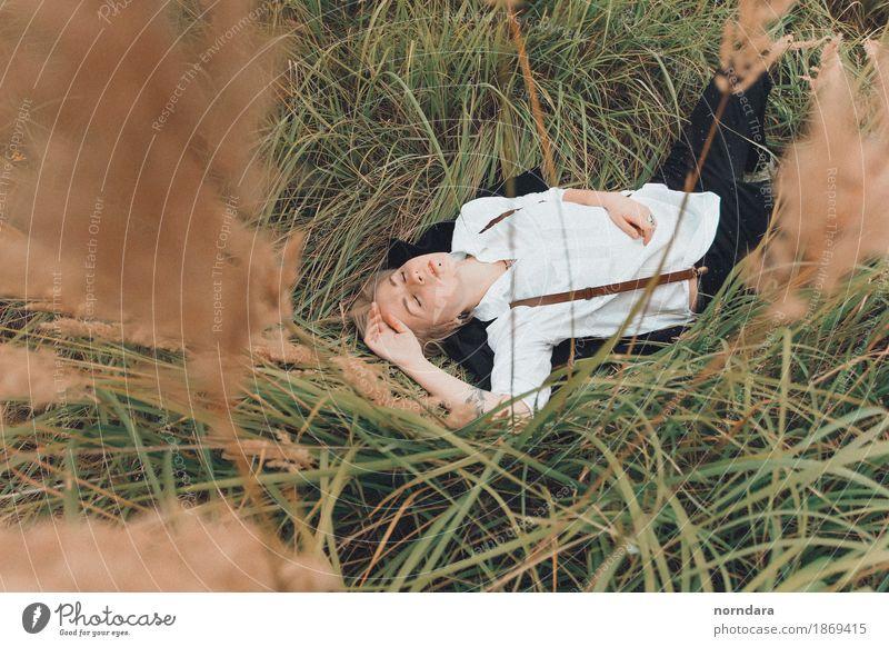 im Roggen verstecken Lifestyle Stil androgyn Junge Frau Jugendliche Junger Mann Leben Körper 18-30 Jahre Erwachsene Pflanze Gras Roggenfeld Weizenfeld Wiese