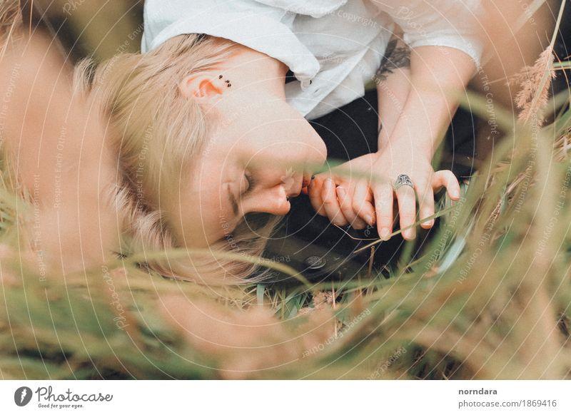 geschlossene Augen androgyn Junge Frau Jugendliche Junger Mann Haut Gras Roggen Roggenfeld Wiese Feld Schmuck blond kurzhaarig weinen Mitgefühl ruhig Angst