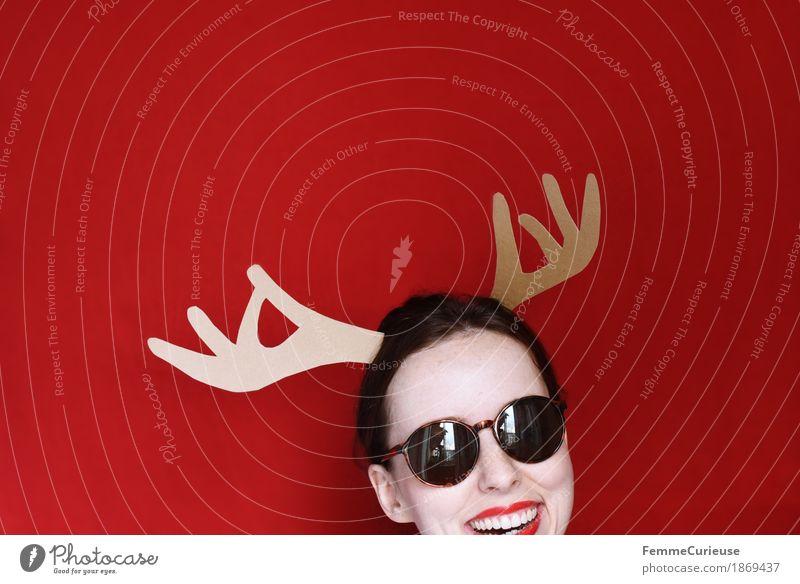Ho Ho Ho feminin Junge Frau Jugendliche Erwachsene 18-30 Jahre Freude Weihnachten & Advent Elch Horn gebastelt Karton rot Sonnenbrille lachen lustig verkleiden
