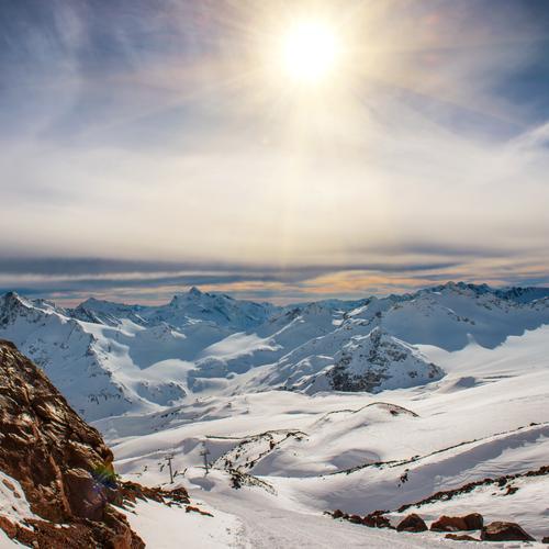 Blaue Berge Snowy in den Wolken bei Sonnenuntergang Himmel Natur Ferien & Urlaub & Reisen blau weiß Landschaft rot Winter Berge u. Gebirge schwarz gelb Schnee