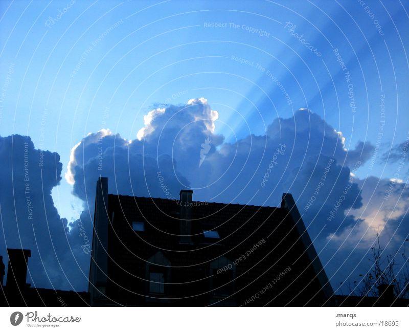 Es wolkt Dämmerung Licht Sonnenstrahlen Wolken Beleuchtung Haus Sommer Schatten Silhouette Himmel Abend