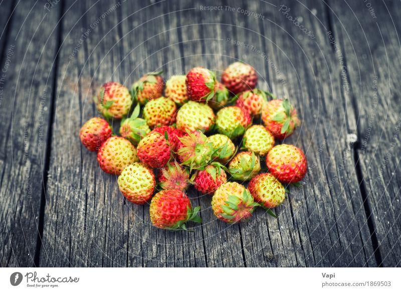 Bündel rote wilde Erdbeere Lebensmittel Frucht Dessert Ernährung Frühstück Bioprodukte Vegetarische Ernährung Diät Sommer Garten Natur Blatt Holz alt frisch