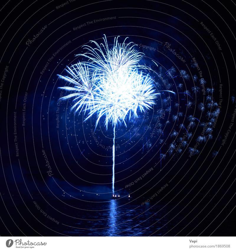 Blaue Feuerwerke mit Wasserreflexion Himmel blau Weihnachten & Advent Farbe weiß Freude dunkel schwarz Kunst Freiheit Feste & Feiern Party See hell neu