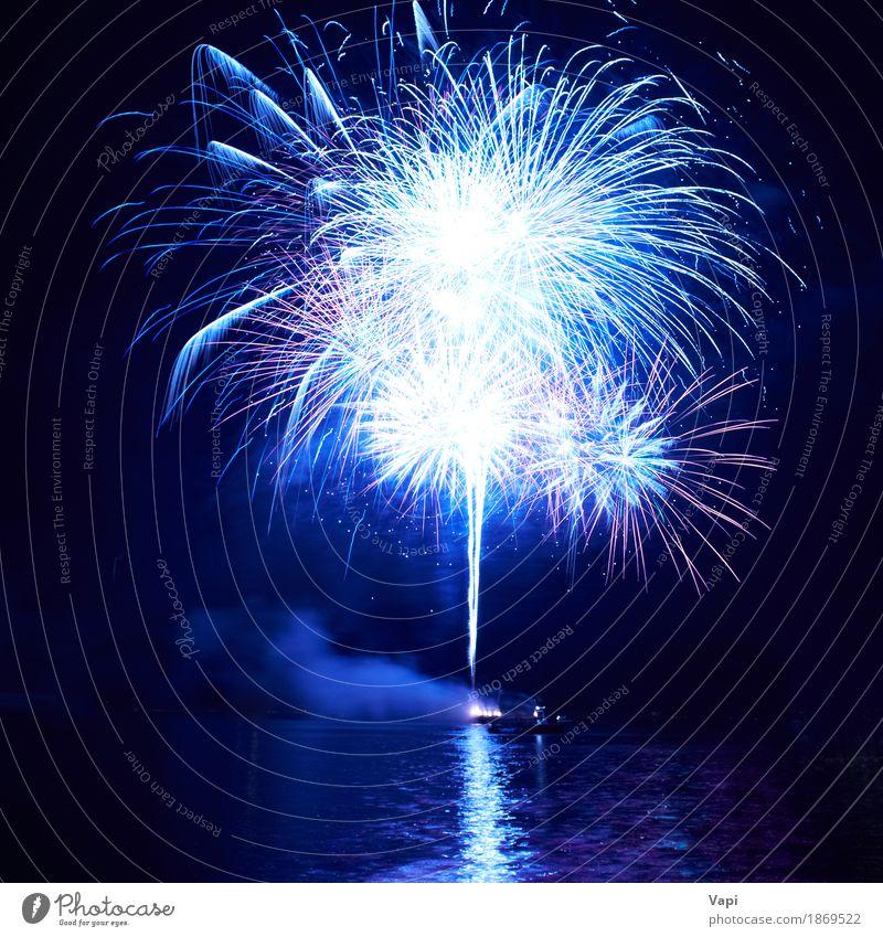 Blaue Feuerwerke mit Wasserreflexion Himmel blau Weihnachten & Advent Farbe weiß Freude dunkel schwarz Kunst Freiheit Feste & Feiern Party See hell Wellen