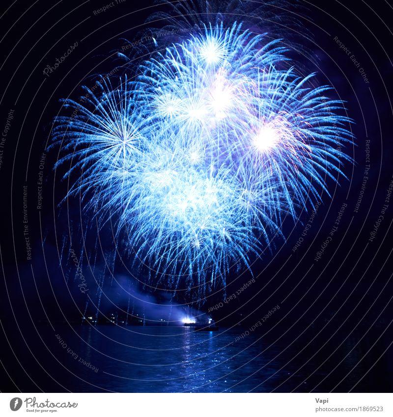 Blaue Feuerwerke auf dem schwarzen Himmel Freude Freiheit Nachtleben Entertainment Party Veranstaltung Feste & Feiern Weihnachten & Advent Silvester u. Neujahr