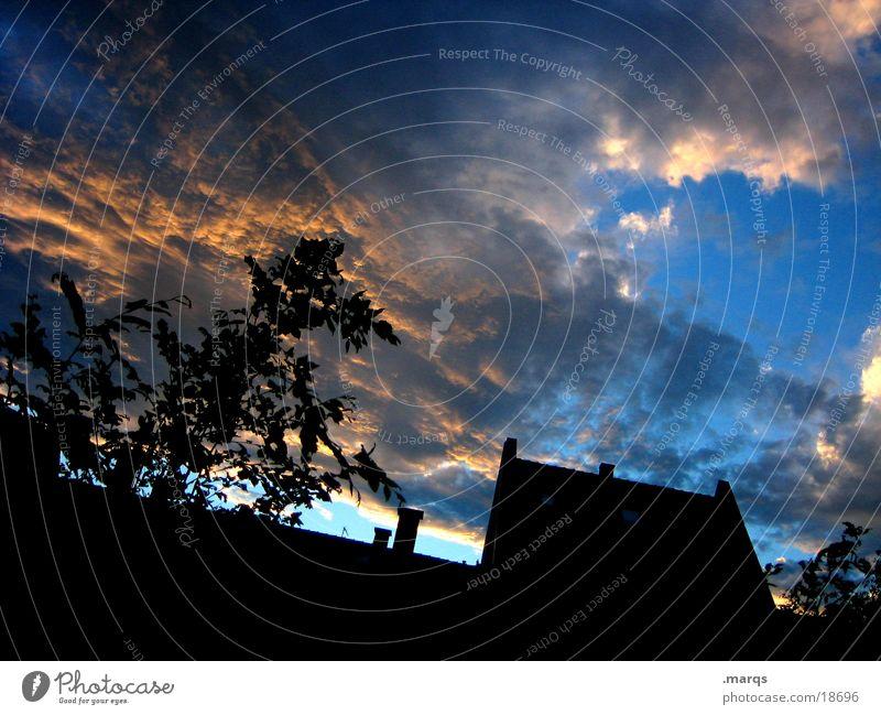 Es wettert Dämmerung Licht Wolken Haus Silhouette Baum Himmel Abend Sonne Schatten Lichterscheinung Lampe Schornstein Außenaufnahme Farbfoto Menschenleer Dach