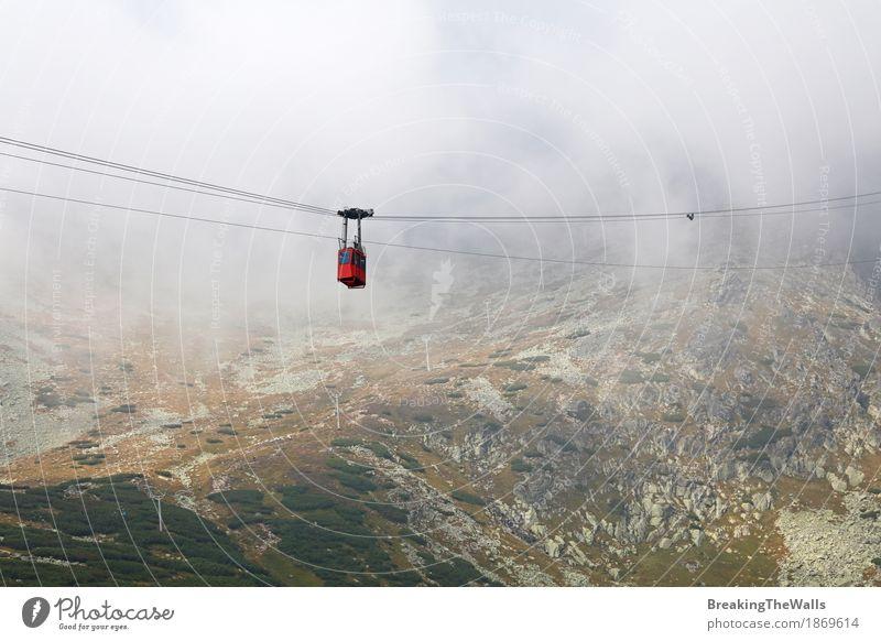Rotes Gebirgskabelwegauto in den Wolken und im Nebel Freizeit & Hobby Ferien & Urlaub & Reisen Tourismus Ausflug Abenteuer Ferne Freiheit Sightseeing Expedition