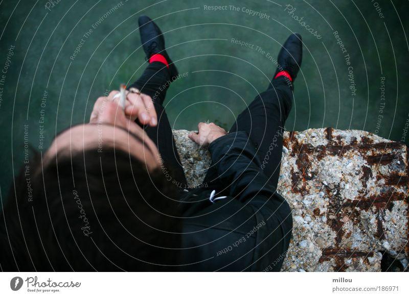 Jugendliche Wasser rot Erholung Denken Traurigkeit Schuhe sitzen warten ästhetisch außergewöhnlich Hoffnung einzigartig Rauchen Glaube Ring