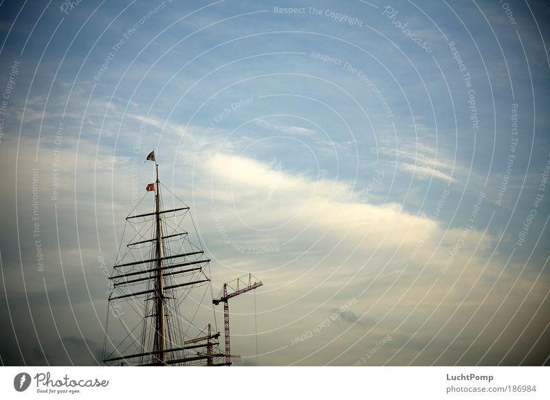 Werft. Baustelle Schifffahrt Schönes Wetter Hafenstadt Menschenleer Baukran Segelschiff Mast Wanten Holz Stahl Fahne elegant hoch lang oben blau ruhig