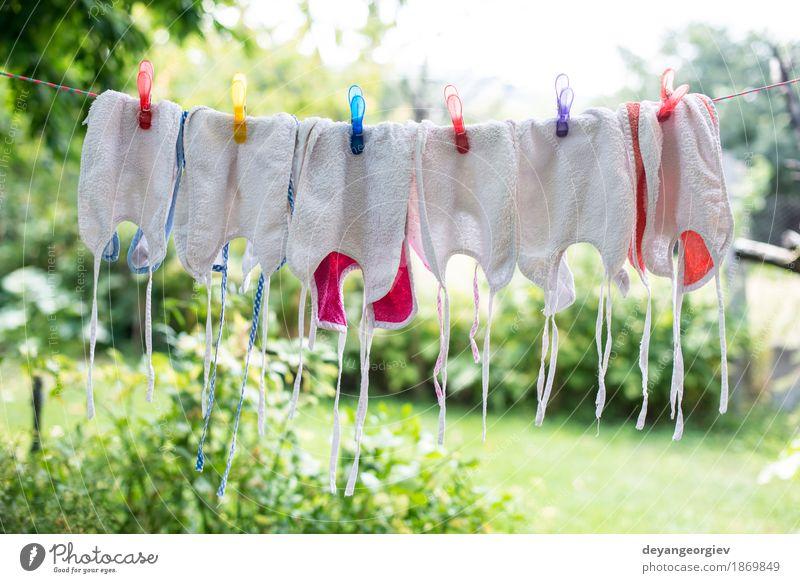 Babylätzchen auf der Wäsche Garten Kind Kindheit Bekleidung Stoff Accessoire Linie dreckig klein blau weiß Lätzchen Wäscherei Wäsche waschen neugeboren