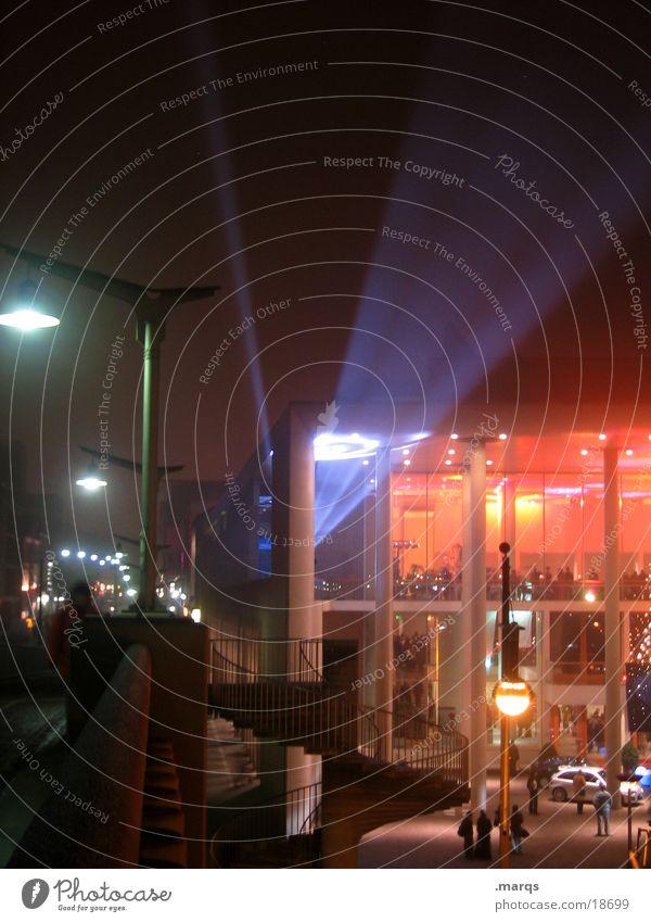 Event Nacht rot Langzeitbelichtung Konzerthaus Freizeit & Hobby Abend Licht Beleuchtung Scheinwerfer Brücke Freiburg im Breisgau