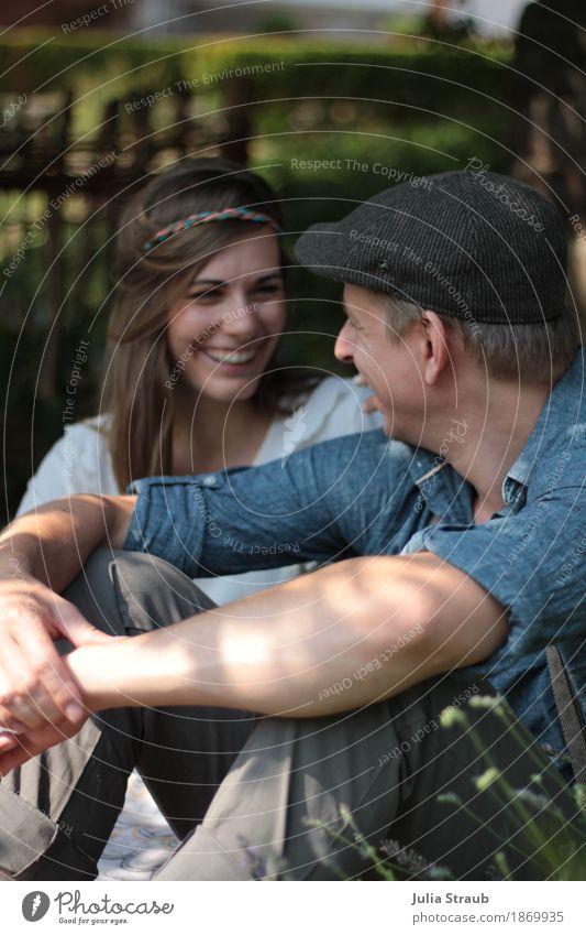 Sommertag maskulin feminin Paar Partner Erwachsene 2 Mensch 30-45 Jahre Schönes Wetter Garten Hemd Hut Mütze brünett langhaarig Lächeln lachen sitzen