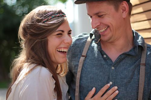 haha blau schön Freude Liebe Gefühle lustig lachen Glück braun Freundschaft Zufriedenheit stehen berühren Hochzeit Zusammenhalt nah