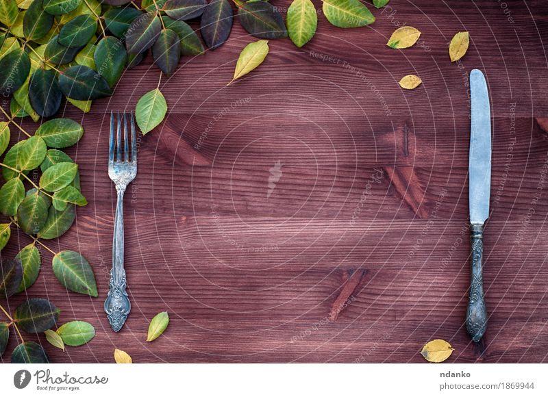 Messer und Gabel auf einer braunen Holzoberfläche Abendessen Tisch Küche Restaurant Blatt Metall weiß leer Tabelleneinstellung Zweig Leerraum Silber Farbfoto