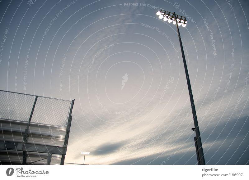 Duell Stadionbeleuchtung Licht Lampe Scheinwerfer Flutlicht Höhe Himmel unglaublich Kraft Macht kampfstark geistig stehen schön grau hell Wolken Schönes Wetter