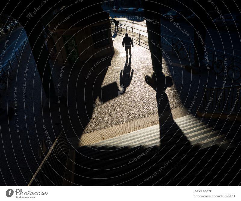 schwarzer Mann Mensch Stadt Zeit gehen maskulin Treppe träumen fantastisch Warmherzigkeit Ziel Bauwerk Inspiration Surrealismus Vorsicht Sinnesorgane Wahrheit