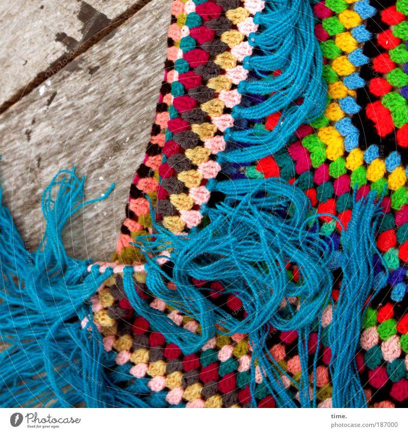 Häkelfischchen blau Arbeit & Erwerbstätigkeit Holz Tisch Holzbrett Wolle Umhang anziehen typisch Vogelperspektive Handarbeit gehäkelt Werkstück