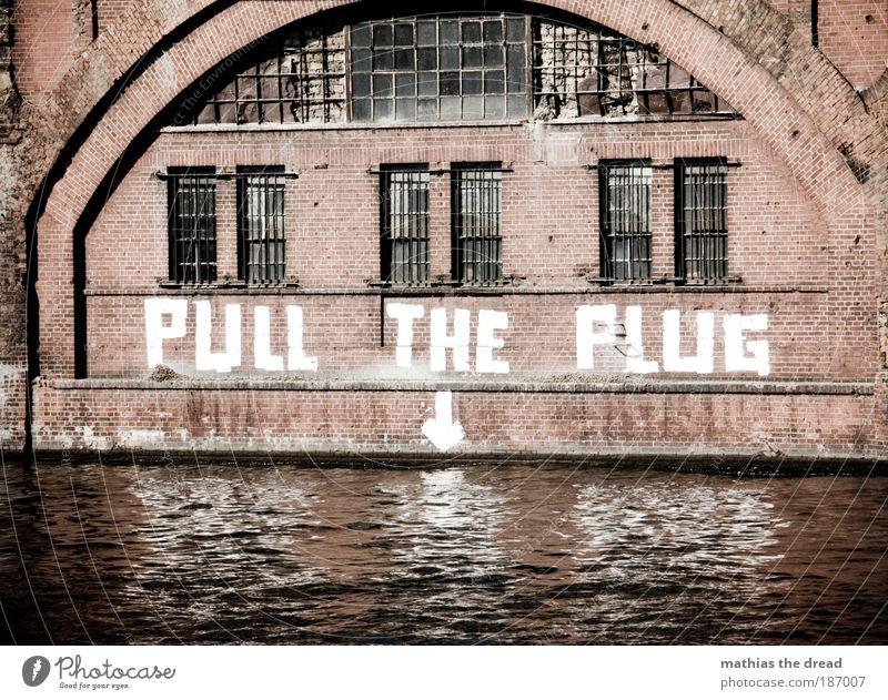 PULL THE PLUG Wasser Flussufer Hauptstadt Menschenleer Gebäude Architektur Mauer Wand Fassade Fenster Schriftzeichen Graffiti einzigartig Backsteinfassade