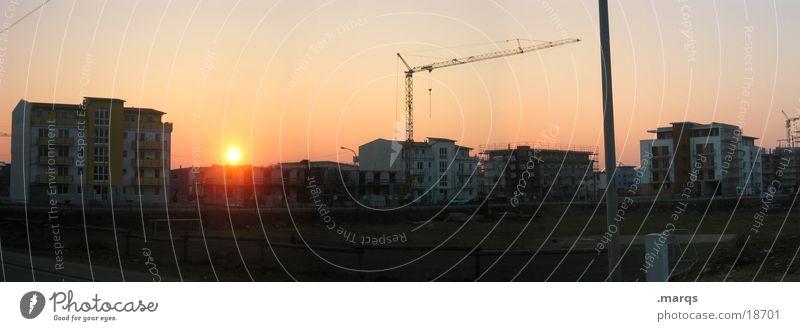 Bauspiel Dämmerung Sonnenuntergang Kran Haus Baustelle Spielen Licht Panorama (Aussicht) Wohnsiedlung Wohngebiet Weitwinkel dunkel Gegenlicht Laterne