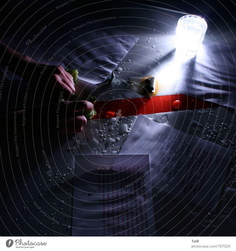 der autor Mensch Hand Wasser alt Leben Angst Haut Finger lernen Wassertropfen verrückt Küche leuchten Student Tee Nacht