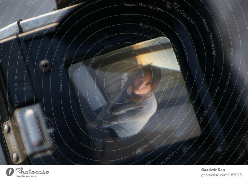Blickwinkel II - Love capured through the lense of a camera Jugendliche schön Ferne Leben feminin Wärme Zusammensein dreckig Glas nah authentisch Fotokamera einzigartig Unendlichkeit außergewöhnlich Kunststoff