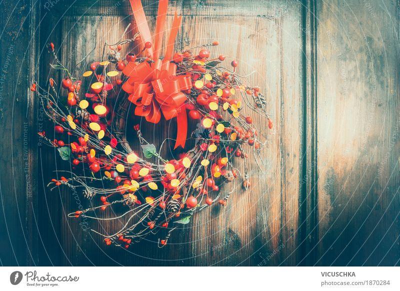 WeihnachtsKranz an Holztür mit rotem Band, Beeren und Bokeh Weihnachten & Advent Winter Innenarchitektur Gefühle Stil Feste & Feiern Design Häusliches Leben