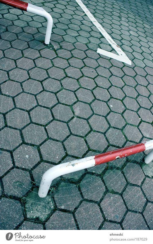 Hürdenlauf Platz Verkehr Verkehrswege Autofahren Fußgänger Straße Wege & Pfade rot weiß Barriere Farbfoto Außenaufnahme Muster Strukturen & Formen Menschenleer