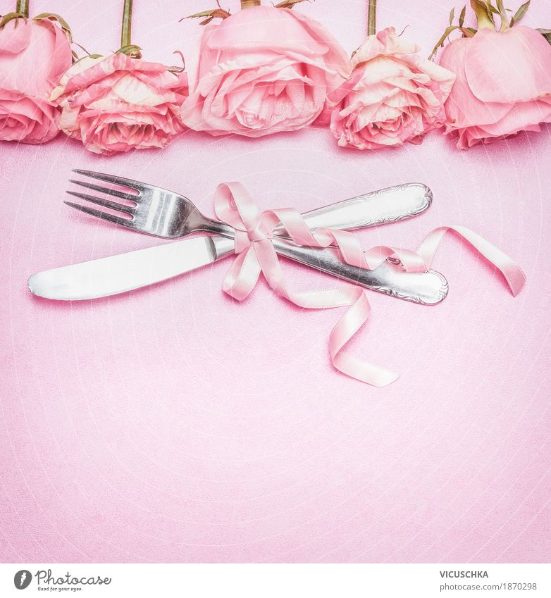 Romantisches Tischgedeck mit rosa Rosen , Besteck und Schleife Blume Liebe Stil Feste & Feiern Design Häusliches Leben Dekoration & Verzierung Geburtstag
