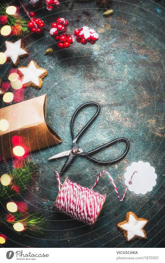 Weihnachtsgeschenke verpacken und mit rotem Seil binden Stil Design Freude Winter Häusliches Leben Wohnung Dekoration & Verzierung Feste & Feiern