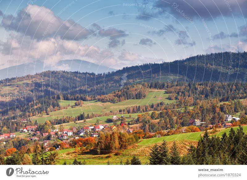 Polen Herbst Hügel. Sonniger Oktober-Tag im Bergdorf Himmel Natur Ferien & Urlaub & Reisen blau Sommer grün Baum Landschaft Wolken Haus Ferne Wald