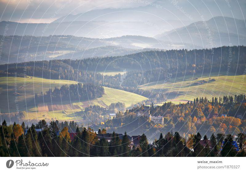 Polen Herbst Hügel. Sonniger Oktober-Tag im Bergdorf Natur Ferien & Urlaub & Reisen blau Sommer grün Baum Landschaft Wolken Haus Ferne Wald Berge u. Gebirge