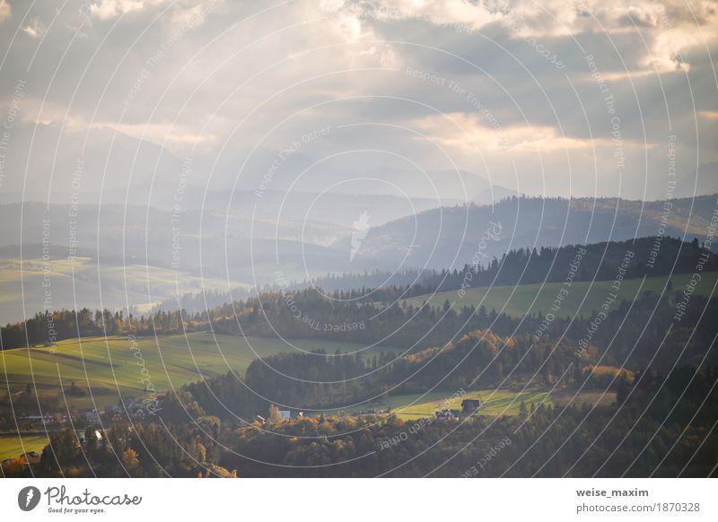 Polen Herbst Hügel. Sonniger Oktober-Tag im Bergdorf Himmel Natur Ferien & Urlaub & Reisen Sommer grün Baum Landschaft Wolken Haus Ferne Wald Berge u. Gebirge