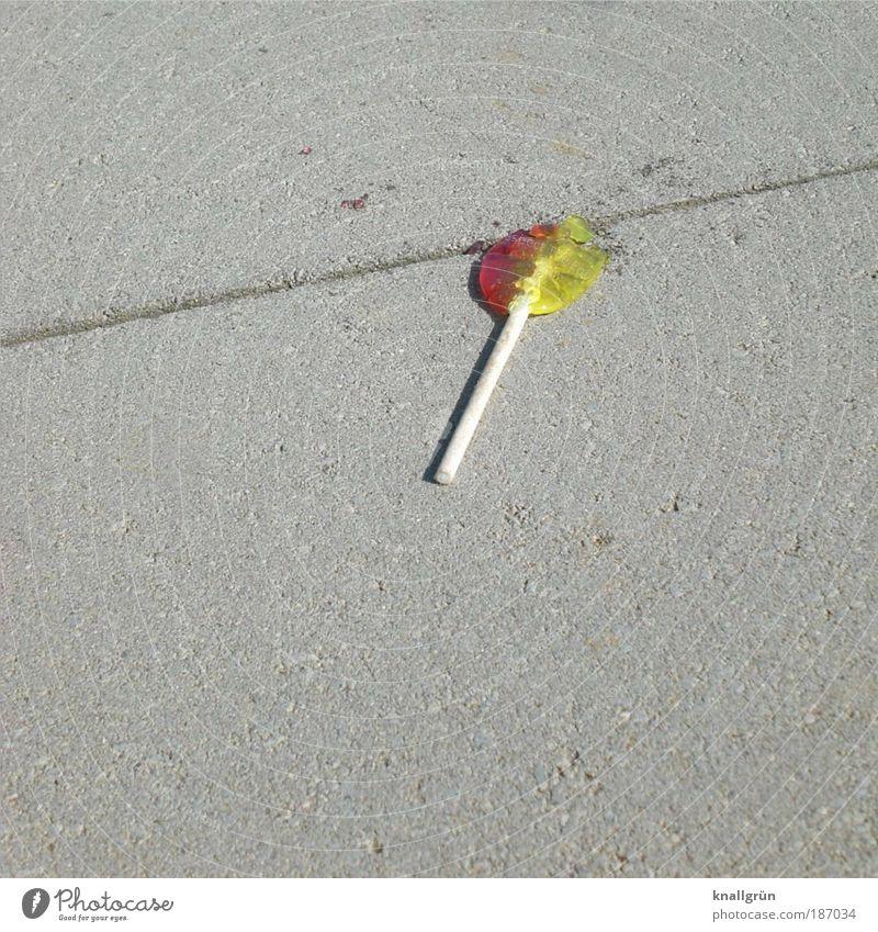 Lutscher weiß rot Einsamkeit gelb grau Lebensmittel süß rund Boden kaputt liegen Kindheit Reichtum lecker Verfall Süßwaren