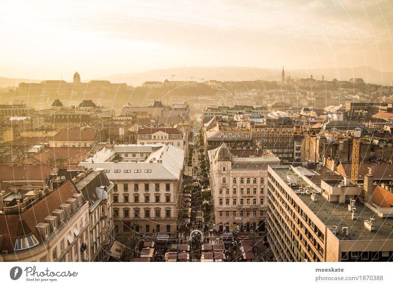 St Stephan Basilika Budapest Aussicht Stadt Hauptstadt Stadtzentrum Altstadt Fußgängerzone Skyline bevölkert Haus Kirche Dom gelb gold Ungarn Farbfoto