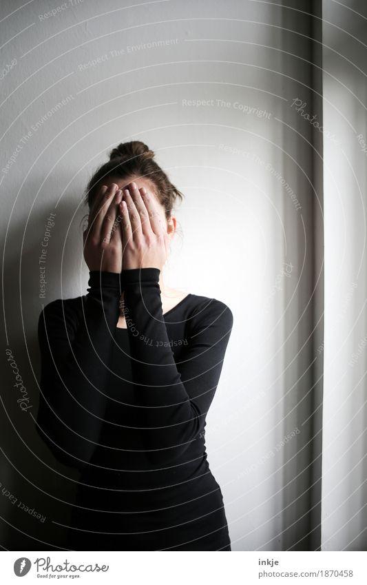 ... Mensch Jugendliche Junge Frau Hand Mädchen Fenster 18-30 Jahre Gesicht Erwachsene Leben Traurigkeit Gefühle Stil Angst 13-18 Jahre Kindheit