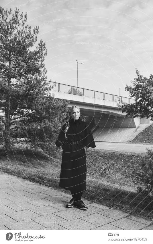 Waiting for the Color. elegant Stil Mensch feminin Junge Frau Jugendliche 1 18-30 Jahre Erwachsene Baum Brücke Straße Mode Jacke Schuhe blond Zopf stehen warten