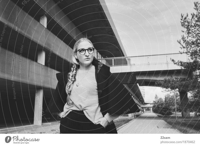 Walk on. elegant Stil Mensch feminin Junge Frau Jugendliche 1 18-30 Jahre Erwachsene Brücke Parkhaus Architektur Mode Brille Halskette blond Zopf gehen Coolness