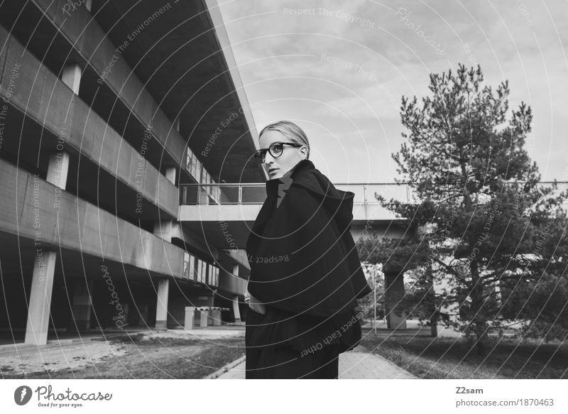 Schulterblick. elegant Stil Mensch feminin Junge Frau Jugendliche 1 18-30 Jahre Erwachsene Baum Brücke Parkhaus Architektur Mode Jacke Brille blond Blick