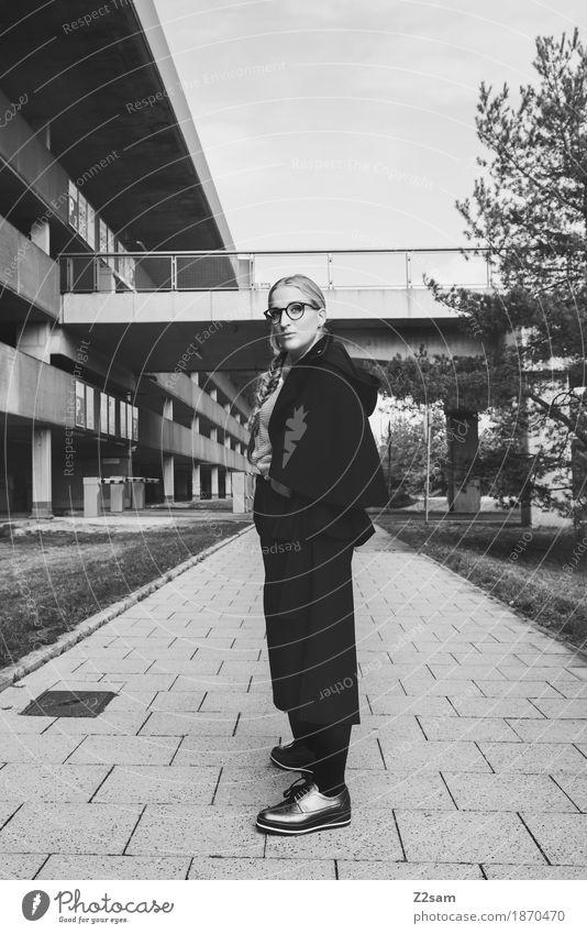 In der Flucht. Mensch feminin Junge Frau Jugendliche 1 18-30 Jahre Erwachsene Baum Brücke Parkhaus Architektur Mode Jacke Brille Schuhe blond Zopf Blick stehen