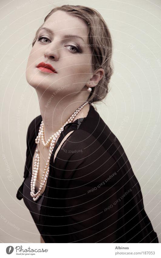 madame 3 Mensch Junge Frau Jugendliche 1 18-30 Jahre Erwachsene Kleid Accessoire Schmuck Blick schön Stimmung Farbfoto Blick in die Kamera