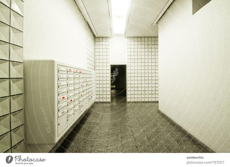 Zentralperspektive Haus kalt hell Beruf Fliesen u. Kacheln Eingang Flur Halle Neonlicht Treppenhaus Briefkasten grell ungemütlich Postbote Zugang Neubau