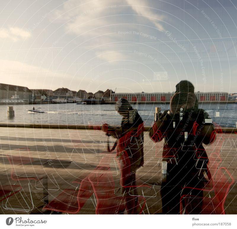 Køntrøllblick nach hinten Mensch maskulin Freundschaft Himmel Meer Hauptstadt Hafenstadt Stadtrand Platz Blick stehen Kopenhagen Dänemark Fotografieren