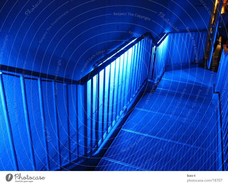Blaue Treppen Neonlicht Nacht Gitter Langzeitbelichtung blau