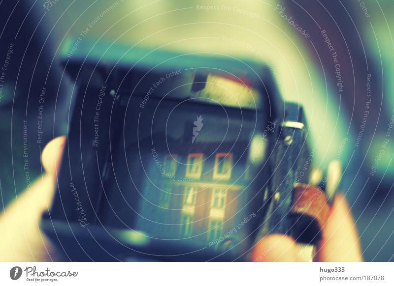 für den perfekten Durchblick alt Haus gold Finger ästhetisch authentisch einzigartig beobachten Vergänglichkeit Fotokamera Hand Vergangenheit Fotografieren