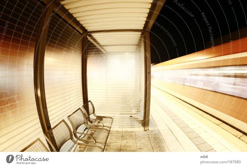 gegenzug Eisenbahn Raum warten Verkehr Nacht Geschwindigkeit Bahnhof Möbel Sitzreihe Personenverkehr Symmetrie S-Bahn Bahnsteig fahren Fischauge Bewegungsunschärfe