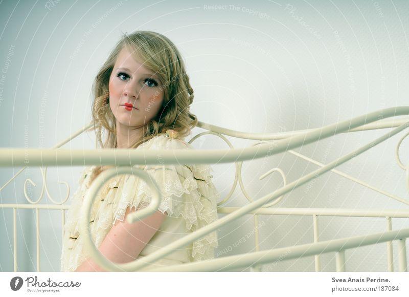 puppentheater. feminin Junge Frau Jugendliche Kopf Arme 1 Mensch 18-30 Jahre Erwachsene Mauer Wand Hemd Haare & Frisuren blond langhaarig Blick sitzen