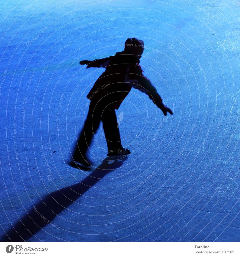 Eisprinzessin Sport Wintersport Sportler Mensch Kind 1 sportlich Coolness elegant Gesundheit kalt Geschwindigkeit blau schwarz Schlittschuhe Schlittschuhlaufen