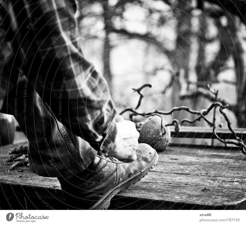 arbeiter Mensch maskulin Mann Erwachsene Arme Hand Beine Fuß 1 Hemd Hose Schuhe Wanderschuhe natürlich Schuhbänder binden Astgabel Tisch Holz Arbeiter