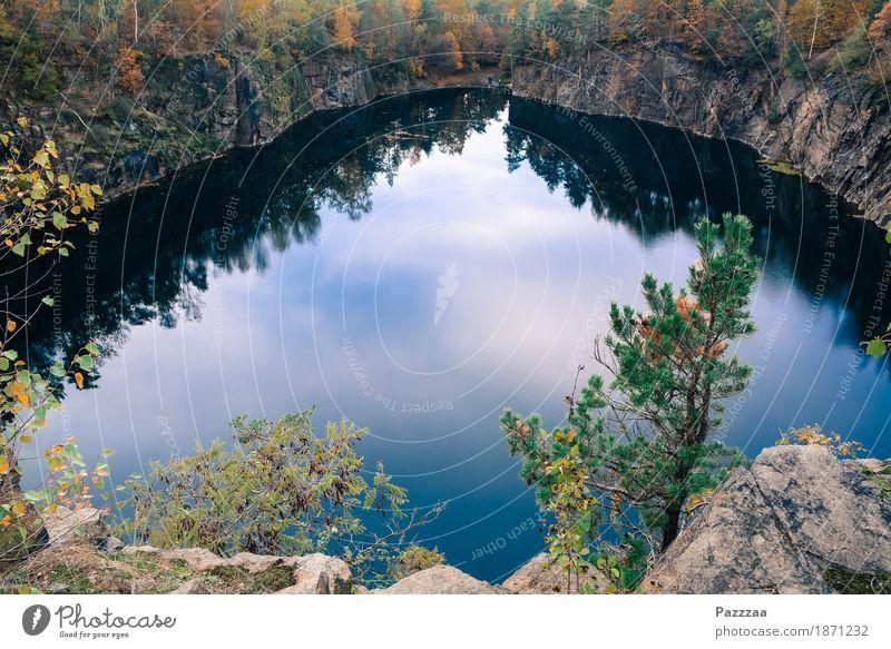 Naherholungsgebiet Ausflug Schwimmen & Baden Natur Wasser Wald Felsen Seeufer entdecken Erholung Wildnis Steinbruch Gebirgssee blau Herbst Pause Farbfoto