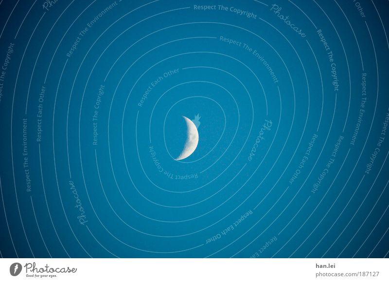 Der Mond ist unsere Sonne Ferne Himmel blau weiß Romantik Angst Textfreiraum Mondschein Planet Vignettierung Grater Astronomie Sichel Halbmond Twilight Teufel